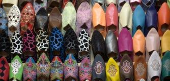 颜色骆驼拖鞋在中东市场上 免版税库存图片