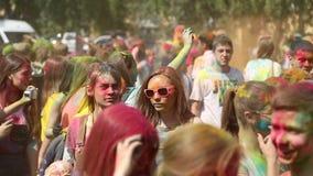 颜色,人们节日投掷油漆 股票录像