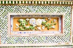 颜色,越南, 2018年4月28日, :老墙壁的片段有一个古老装饰元素的 越南 库存照片