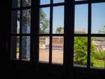颜色,越南- 2017年9月13日:一个古庙的美丽的景色通过一个镜子,有美丽的蓝天的 库存照片