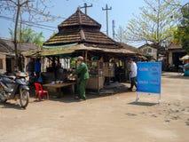颜色,越南- 2017年9月13日:卖食物的未认出的人民在一家老餐馆,位于颜色,越南 免版税库存图片
