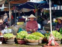 颜色,越南- 2017年9月13日:卖食物的街道的未认出的妇女,位于颜色在越南 免版税库存照片