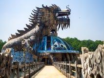 颜色,越南- 2017年9月13日:在水族馆大厦的巨大的龙在颜色的被放弃的水公园,越南 龙 库存图片