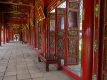 颜色,越南- 2017年9月13日:有金黄华丽细节的美丽的红色木大厅在颜色城堡,越南,亚洲 免版税图库摄影