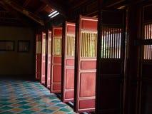 颜色,越南- 2017年9月13日:美丽的红色木门在颜色城堡,越南,亚洲 著名目的地为 免版税库存照片