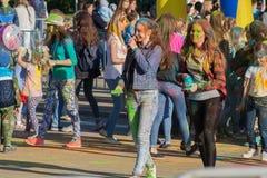颜色Holi节日的两个女孩在市切博克萨雷咆哮,楚瓦什人共和国,俄罗斯 06/01/2016 免版税库存图片