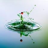 颜色waterdrops碰撞自己 免版税库存照片
