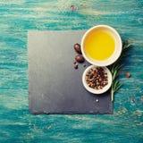额外处女橄榄油、胡椒和迷迭香枝杈 库存照片