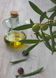 额外处女橄榄油瓶和绿色olivas 免版税库存照片