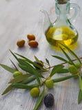 额外处女橄榄油瓶和绿色olivas 图库摄影