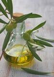 额外处女橄榄油瓶和绿色olivas 库存照片