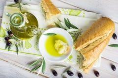 额外处女橄榄油用面包 库存图片