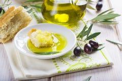 额外处女橄榄油用面包 免版税库存照片