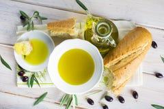 额外处女橄榄油用面包 图库摄影