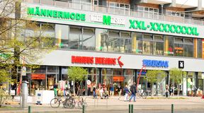 额外大小衣物商店在柏林 图库摄影
