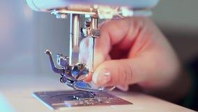 额外特写镜头,在机器的缝纫针,手裁缝插入螺纹 股票视频