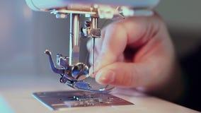 额外特写镜头,在机器的缝纫针,裁缝的手插入螺纹 照相机今后滑 影视素材