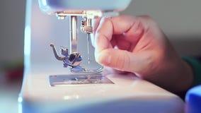 额外特写镜头,在机器的缝纫针,裁缝的手插入螺纹 股票录像