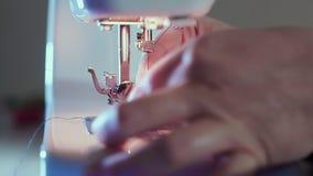 额外特写镜头,在机器的缝纫针,裁缝的手插入螺纹 股票视频