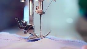 额外特写镜头,缝纫机的手裁缝,她准备并且降低针 股票录像