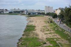 额尔齐斯河看法划分城市成两部分鄂木斯克 库存图片