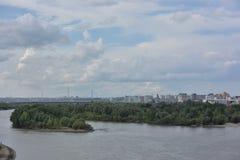 额尔齐斯河看法划分城市成两部分鄂木斯克 免版税库存图片