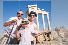 份额的愉快的家庭selfie旅行照片庄稼在社会ne 免版税库存照片