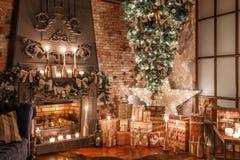 颠倒供选择的树在天花板 浆果装饰霍莉家留给槲寄生多雪的结构树白色冬天 在顶楼内部的圣诞节对砖墙 免版税图库摄影