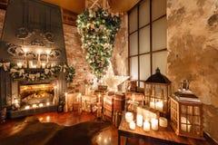 颠倒供选择的树在天花板 浆果装饰霍莉家留给槲寄生多雪的结构树白色冬天 在顶楼内部的圣诞节对砖墙 库存图片