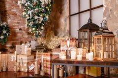颠倒供选择的树在天花板 浆果装饰霍莉家留给槲寄生多雪的结构树白色冬天 在顶楼内部的圣诞节对砖墙 免版税库存图片