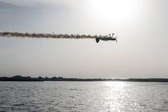 颠倒平面飞行在湖 免版税图库摄影