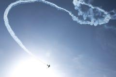 颠倒平面飞行在湖 免版税库存照片