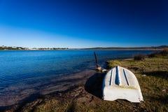 颠倒沿海盐水湖小船 库存照片