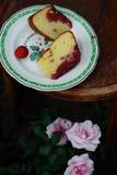 颠倒的草莓蛋糕 r 免版税库存图片