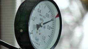 颤抖的压力指示器在俄国锅炉室 股票视频