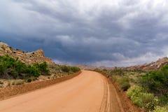 暴风云和石渣路在南犹他 库存图片