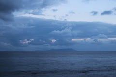 暴风云是低的在海 在阴霾的山在天际能被看见 Marina di Patti 西西里岛 免版税库存照片