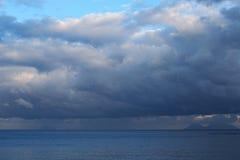 暴风云是低的在海 在阴霾的山在天际能被看见 Marina di Patti 西西里岛 免版税库存图片