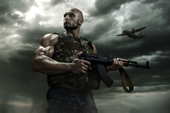 暴风云背景的战士  免版税图库摄影
