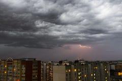 暴风云,大雨 雷暴和闪电在城市 免版税库存照片