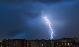 暴风云,大雨 雷暴和闪电在城市 库存图片
