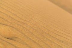 风做的小条纹在沙漠 深深领域 免版税库存图片