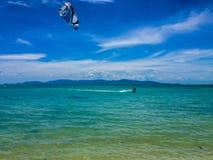 风冲浪者在热带水中 库存图片