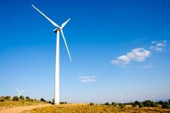 风力发电机在晴朗的蓝天的绕环投球法 库存照片