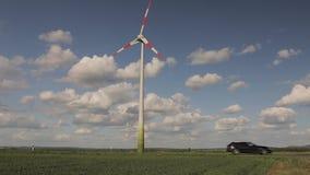 风力场在绿色领域、风力发电器在蓝天的背景和浮动云彩站立,晴朗 股票录像