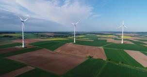 风力场在绿色领域、风力发电器在蓝天的背景和浮动云彩站立,晴朗 股票视频