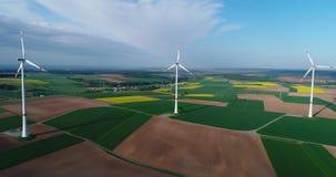 风力场在绿色领域、风力发电器在蓝天的背景和浮动云彩,欧洲站立 股票视频