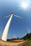 风力涡轮在蓝天下 库存图片