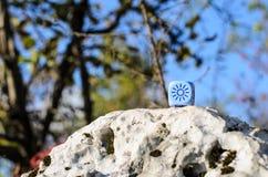 风化与太阳剪影的模子在自然背景 免版税库存图片