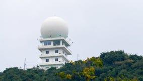 风化位于小山的上面的监视雷达或多谱勒仪天气雷达 库存照片